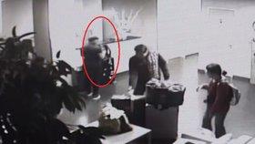 Cizinec měl v batohu 320 tisíc! Připravili ho o ně chmatáci v Horoměřicích