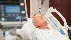 Pražské nemocnice bojují s vedrem: Chladí pacienty, operační sály i léky