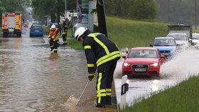 Němce trápí prudké deště. Ulice jsou pod vodou, spadla i střecha porodního sálu