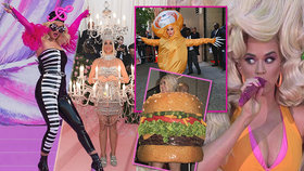 Královna šílených kostýmů: Zpěvačka Katy Perryová vynesla 76 paruk, lustr i hamburger!