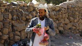 Zbídačení Jemenci hledají útěchu v drogách. Závislé jsou i malé děti
