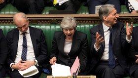 Mayová ustála vzpouru ve straně, premiérkou chce být dál. Ministryně ale končí