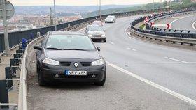 """Auto """"straší"""" na Vysočanské radiále už měsíc! Nebezpečí nikdo neřeší, čeká se na nehodu?"""
