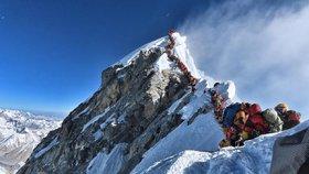 Po výstupu na Mount Everest zemřeli další dva lezci, tento týden je jich už deset