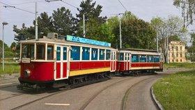 """Pastva pro foťáky pražských """"šotoušů"""": Městem projela zatemněná tramvaj z 2. světové války"""