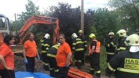 Neštěstí u Prahy: Dělníka zavalila hlína, vážně se zranil. Vrtulník ho přepravil do nemocnice