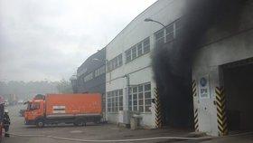 V areálu Pražských služeb v Praze 9 hořelo. Temný dým způsobilo hořící auto