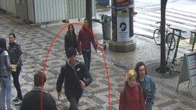 Policie hledá vandala z Václaváku. Převrátil gril za desetitisíce, působil podivínsky