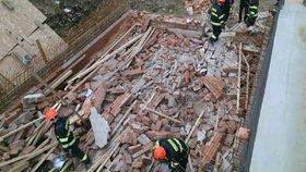 Propadlý sklep zavalil několik lidí: Čtyři zranění! Jednoho záchranáři oživovali