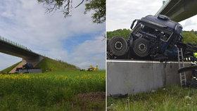 Na Lounsku se zřítil kamion z mostu: Dolů padal 15 metrů! Pro řidiče a těhotnou spolujezdkyni letěl vrtulník
