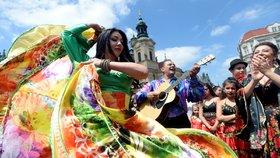 Romští muzikanti a tanečníci rozparádili Prahu: Městem prošel průvod v barevných krojích
