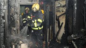 Požár na Chrudimsku: Člověk skončil s popáleninami kvůli nedopalku