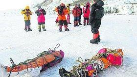 """""""Uklízeči"""" našli na Everestu čtyři mrtvoly a tuny odpadků. Jsou to ztracení horolezci?"""