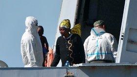 Námořnictvo zachránilo na otevřeném moři stovku migrantů. Ministr je žene pryč z Itálie