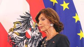 Rakousko vede žena s výrazným krkem. Ve štíhlé vládě vyznává pohlavní rovnost
