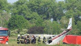 Pád letadla v Praze: Zřítilo se v Letňanech, pilot (35) skončil v péči lékařů