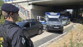Nepovedená krádež: Svědek se na trojici zlodějů pověsil v Čimicích a dovedl k nim policisty