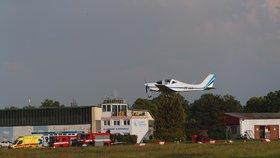 Dramatické přistání letadla v Letňanech: Pilot hlásil problémy s podvozkem