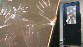 Památník vydržel jen dva roky! Skleněnou desku Wintonových dětí na Hlavním nádraží někdo praskl