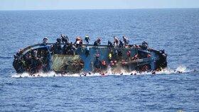Migrantům hrozí ztroskotání a utopení. Konflikt v Libyi sílí a chybí lodě, upozornila OSN