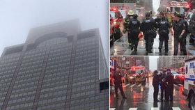 V New Yorku narazil do mrakodrapu vrtulník. Jeden mrtvý, lidé v panice vybíhali na ulici