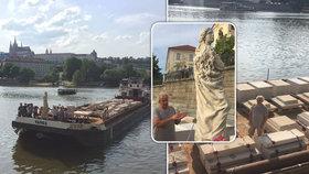 Mariánský sloup připlul do Prahy: Některé jeho části čekají ve městě už 19 let