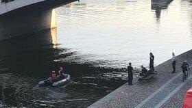 Mastná skvrna na hladině Vltavy! Je kilometr dlouhá, na Masarykově nábřeží zasahovali hasiči