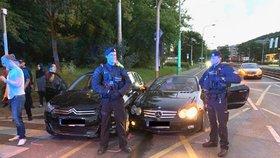 Kluci v kabrioletu plnou rychlostí napálili na světlech do auta s diplomatem a utekli: Poranění hlavy