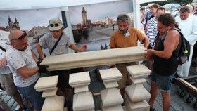 Mariánský sloup nechceme! Praha obnovu památky znovu zamítla. Sochař před jednáním stánek odstranil