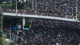V Hongkongu protestovaly dva miliony lidí. Omluva správkyně jim byla málo