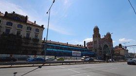 Fantova budova na hlavním nádraží se zahalila do lešení: Opraví se fasáda, pak přijdou na řadu interiéry