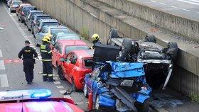 Auto to otočilo na střechu jiného! Drsná nehoda omezila provoz v Holešovicích