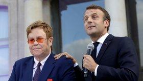 """Macron poctil Eltona Řádem čestné legie. """"Zachraňme spolu svět před AIDS,"""" volají"""