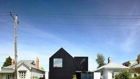 Černá vila vypadá jako moderní socha lemovaná bílými domy