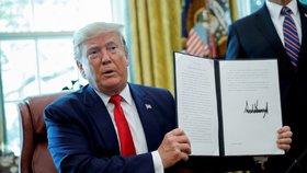 Trump dal zelenou dalším sankcím proti Íránu. Míří i na duchovního vůdce