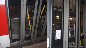 Dveře tramvaje se rozlétly na tisíce kousků! Šílenec tam hodil skleněnou lahev, daleko neutekl