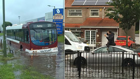 Lidé čekali na záchranu na střechách aut. Británie se před vlnou veder potýká se záplavami