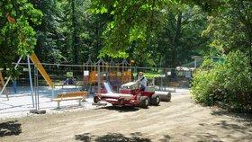Provoz hřiště Vozovna ve Stromovce je omezený. Klíčí tady nový trávník