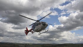 Exploze žhavého kovu zranila tři zaměstnance železárny: Zasahovat musel vrtulník