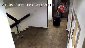 Hasičákem rozmlátil dveře, aby se dostal ven z hotelu. Vůbec v něm přitom nebydlel, muže hledá policie