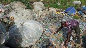 Školné platí místo penězi plastovými lahvemi. Chudým rodičům se ulevilo