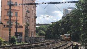 Železniční komplikace v Praze: Porucha trakčního vedení přerušila provoz mezi centrem a Smíchovem
