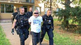 Drama na Střížkově: Ozbrojený muž z okna sousedům vyhrožoval, že začne střílet