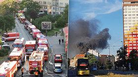Velký požár v Libni: Hořel sklad pneumatik, hasiči vyhlásili druhý stupeň poplachu