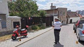 Opilá řidička ve Stodůlkách neukočírovala skútr. Se 2,5 promile sejmula zaparkovaná auta