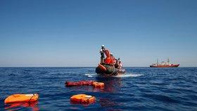 U Tuniska se potopila loď s migranty. Záchranáři vytáhli z vody jen tři živé