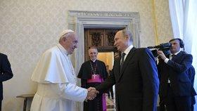 Trapas a neúcta: Putin nechal papeže Františka hodinu čekat, už potřetí