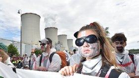 """""""Uhlí patří pod zem."""" Aktivisté zablokovali vjezd do elektrárny, policie s nimi vyjednává"""