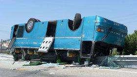 Dálnici uzavřela nehoda autobusu: Zranili se všichni cestující i oba řidiči