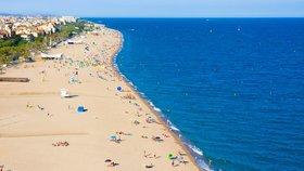 Dovolenkáře vyděsila obří letecká nálož na dně moře. Policie pláž v Barceloně vyklidila